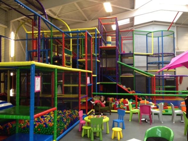 Happy park aire de jeux pour enfants pontivy for Parc interieur pour enfant
